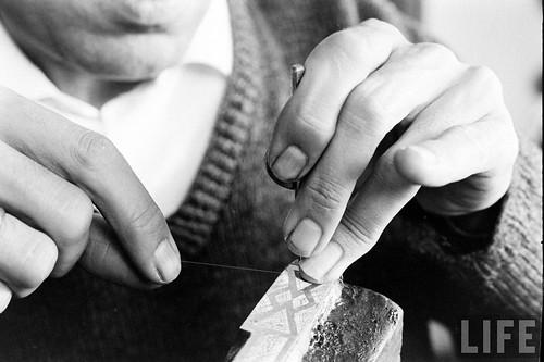 Fábrica de espadas, damasquinado y armaduras de Toledo en 1965. Fotografía de Carlo Bavagnoli. Revista Life (22)