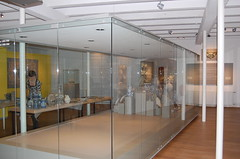 Vitrine in de Europazaal (Princessehof) Tags: china wedding en netherlands museum ceramics leeuwarden tentoonstelling tableware scherven keramiek geluk ceramicsmuseum keramiekmuseum huwelijksserviezen princesshof