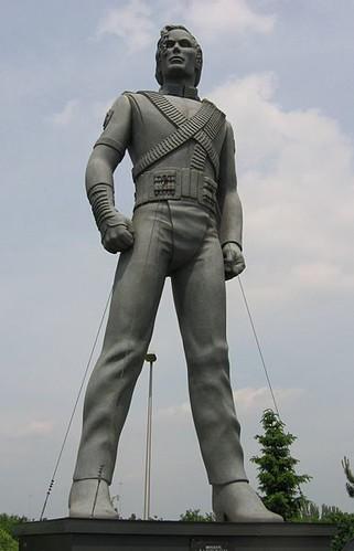 385px-Michael_Jackson_sculpture