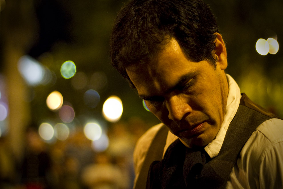 El actor representando al Gobernador Bernardo de Velasco se rinde. (Asunción, Paraguay - Tetsu Esposito)