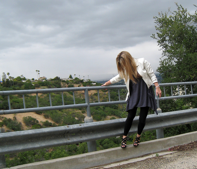 leggings+t-shirt dress+tunic+white leather jacket+pour la victoire wedges+railing 2