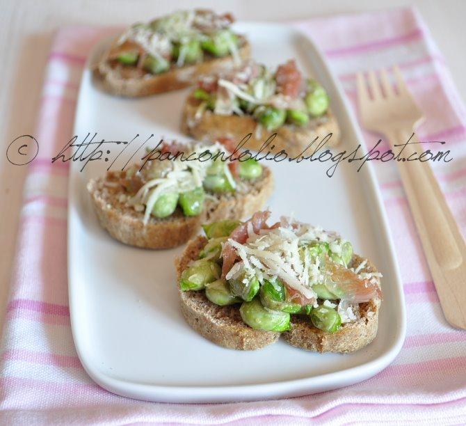 crostini di pane nero di segale con baccelli e pecorino