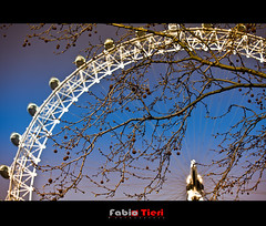 London Eye - two tones (Fabio Tieri) Tags: uk inglaterra travel blue england sky tree london azul branch londoneye londres viagem ferriswheel arvore ceu rodagigante galho twotones fabiotieri eurupa mywinners doistons olhodelondres flickraward
