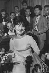 Madame Ngo Dinh Nhu (C), wife of the brother of the Pres. of South Vietnam, at press conference.. 9-1963 par VIETNAM History in Pictures (1962-1963)