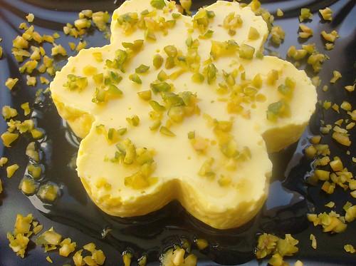 Panna cotta allo zafferano su note al bergamino e pistacchi