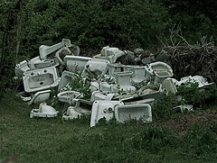 Punto Limpio/Hazardous waste disposal (Joe Lomas) Tags: leica old broken sink disposal bowl sanitarios waste viejo bidet lavabo roto retrete inodoro bid photostakenwithaleica leicaphoto