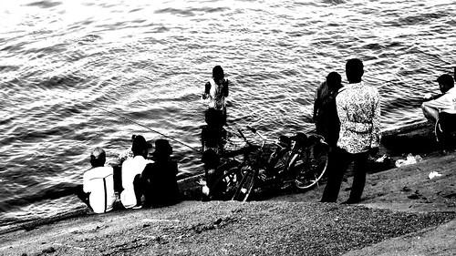 081.居民在洞里薩河邊玩起水來