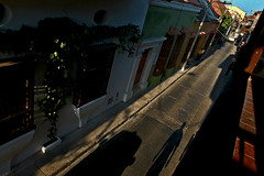 Calle al atardecer / Street to the dusk (Gabriel Aponte Salcedo) Tags: street shadow sunshine silhouette atardecer calle colombia dusk colonial sombra historic silueta cartagena caribe crepsculo caribean histrico aponte