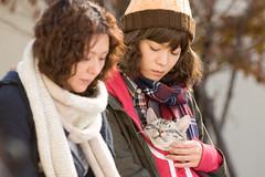 劇照4-麻子與奈緒美抱著咕咕