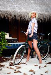 [フリー画像] 人物, 女性, 自転車, 帽子・キャップ, 201106280300
