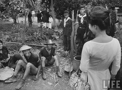 6-1962 Mrs. Dinh Nhu Ngo chats with Vietnamese soldiers par VIETNAM History in Pictures (1962-1963)