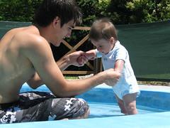 Est fra el aguita, to? (Al Zuwaga) Tags: summer baby water argentina pool swimming agua looking piscina beb pileta crdoba vacaciones mirando hollidays ezequiel kelo veraneo