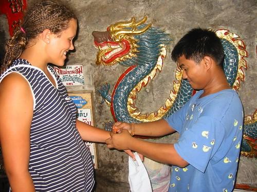 Oranje boeddhistisch armbandje van een 'poor student'