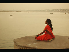 Stato di meditazione. (lorytravelforever) Tags: india boats evening bravo peace prayer varanasi meditation concept ganga platinumheartaward baciodallortovadoananna mygearandmepremium mygearandmebronze febbraio2011challengewinnercontest