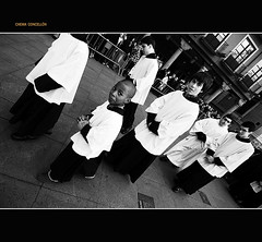 La viva imagen de la irona (Chema Concellon) Tags: portrait people blackandwhite espaa blancoynegro spain europa europe gente retrato nios valladolid infantil ritual sonrisa plazamayor 2008 infancia gentes semanasanta ngulo tradicin castilla celebracin miradas cachondo irona procesin rito hollyweek castillaylen domingoderesurreccin religin gesto monaguillos devocin 100vistas inclinacin aclitos chemaconcelln irnico guasn procesinderesurreccin