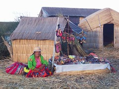 (Malepa Diseños) Tags: color uros feria perú latinoamerica isla paja venta choza puno chola puesto