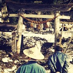 白川郷へ!その13 At The Gate (Jon the 写真 Machine) Tags: trip travel film japan 2006 日本 nippon 旅行 岐阜 nihon shirakawago shirakawa shirakawagou sirakawago にほん 白川郷 岐阜県 sirakawagou landoftherisingsun にっぽん しらかわ jonfu しらかわごう
