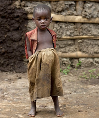 Batwa tribe kid in Cyamudongo, Rwanda (Eric Lafforgue) Tags: africa childhood 1936 outdoors kid child tribal rwanda afrika tribe enfant commonwealth twa oneperson ethnicity afrique pygmy tribu eastafrica pygmee batwa ethnologie lookingatcamera centralafrica kinyarwanda lafforgue ruanda ethnie indigenousculture ethny afriquecentrale   regardcamera   republicofrwanda   ruandesa cyamudongo