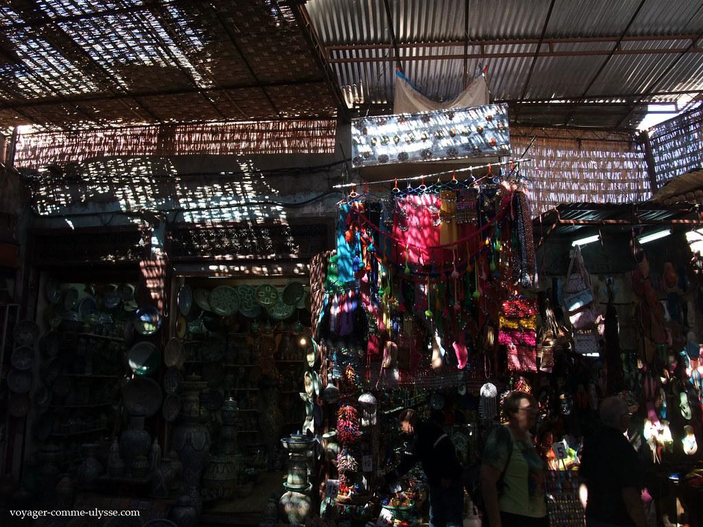 Cette alternance de lumière et dombre naide pas parfois à apprécier les objets mis en vente
