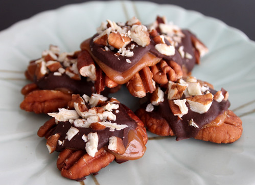 Oiyi's Crafts: Chocolate-Caramel Pecan Clusters