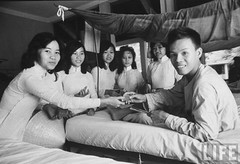 11-1963 Students from Saigon's Gia Long College vist soldiers wounded in Cong Hoa Military Hospital. par VIETNAM History in Pictures (1962-1963)