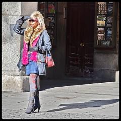 POR ALLÍ VIENEN LOS INDIOS... (ABUELA PINOCHO ) Tags: madrid españa mujer spain candid sombra plazamayor buscando pinocho robado cruzadas tepasaste formatocuadrado oteando theunforgettablepictures therealwomanbeauty tapandoseelsol