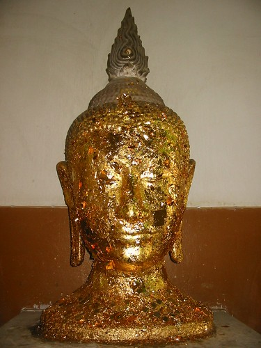 Buddhabeeld met bladgoud beplakt