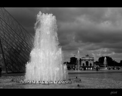 cloudy paris (gicol) Tags: bw cloud paris france water fountain agua nuvola pyramid cloudy louvre bn acqua fontana nube piramide nuvoloso