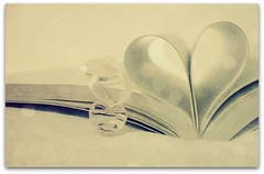A good love story... (Teka e Fabi) Tags: texture love book heart bokeh good amor group story corao livro bom livros amore challenge pendant jol simplelife pingente desafio otw vidasimples tekaefabi lovely~lovelyphoto