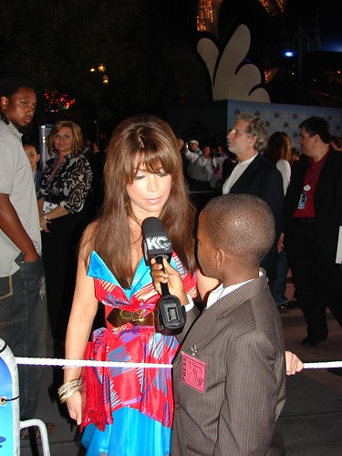 Damon Weaver interviews Paula Abdul. Photo by Mark Goldhaber.