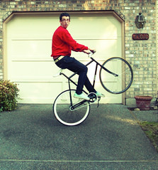 (T. VOLK) Tags: house bicycle flickr looking whitehouse driveway fixie fixedgear pake explored whitestem whiteseat whitehandlebars whitedeepv paketrackbike