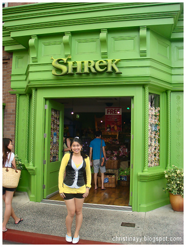 Warner Bros Movie World: Shrek Department Store