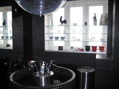 Boule miroir dans la salle de bain