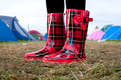 beachdown wellies #4 (lomokev) Tags: red feet festival canon eos shoes dof floor boots low ground depthoffield zapatos wellington 5d groundlevel wellingtonboots schuhe schoenen chaussures scarpa sapatos patern canoneos5d ratseyeview festivalwellies beachdown beachdown08 file:name=img3589