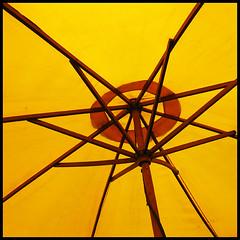 A l'ombre (Flohh) Tags: jaune couleurs ombre parasol lignes fria carr als flohh canonixus970is