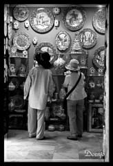 Turistas (Doenjo) Tags: canoneos500 analógica scannercanon8800f andalucía doenjo people gente sepiaybn lmdd instagram