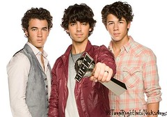 Jonas Brothers (~GaяßØw§k¥~) Tags: world music canada turn joseph paul fight support kevin tour arms brothers nick joe right nicholas host teen will his much choice awards jonas juvenile nicks picnik diabetes againest