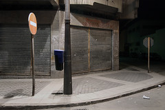 Tanger (LichtEinfall) Tags: marokko maroc tanger nacht night shutter rollladen verkehrsschild papierkorb erpe maroc516 raperre