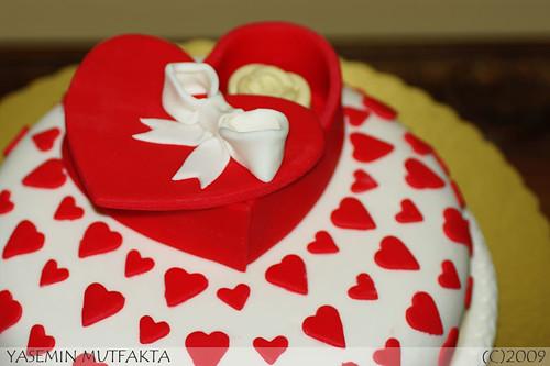 Sevgiliye bir kutu cikolata Pastasi