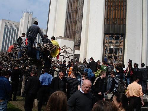 Geamurile stricate la Preşedinţie la 7 aprilie 2009