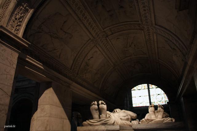 Lintérieur du tombeau est richement decoré, les défunts ont une belle vue