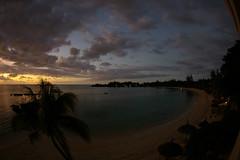 Le soleil se couche sur la Pointe Eglise. (Derfouille) Tags: voyage travel sea sky mer pentax lumire maurice ile ciel mauritius paysage soir indien couchdesoleil cocotier ocan k100d