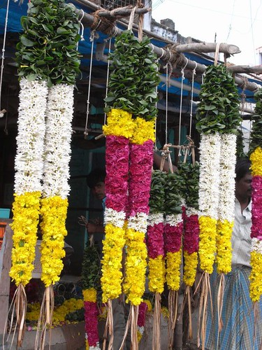 インドの朝はお供えのお花から。