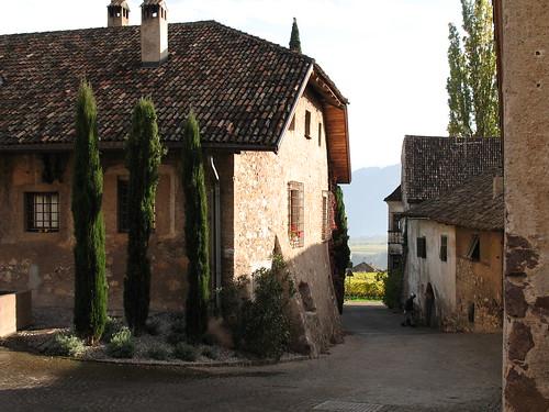 Alte Ansitze im Weiler St. Pauls Berg, inmitten des Weinanbaugebietes Überetsch