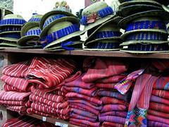 Trajes  y sombreros indgenas en el mercado de artesanas Nim Pot en Antigua Guatemala. (RobertoUrrea) Tags: market guatemala artesanal antigua mercado markt mercato artesania centroamerica antiguaguatemala americacentral robertourrea mercadodeantigua