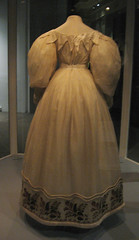Victoria and Albert museum - Wedding-dress, 1830-33 (back) (DameBoudicca) Tags: uk inglaterra wedding england france london wool museum frankreich dress unitedkingdom britain embroidery albert silk victoria muse cotton va victoriaandalbertmuseum angleterre georgian museo weddingdress satin francia regnounito inghilterra frankrike 1831 reinounido muslin 1833 grossbritanien 1832 royaumeuni lecocq rouleaux storbritannien