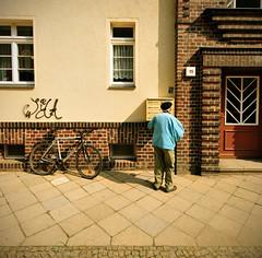 Pizza, Döner, Thai Food. (tonal decay) Tags: senior bike bicycle germany graffiti dresden box eingang 15 sachsen letter bau fahrrad briefkasten jahre rentner klinker leeren hässliches mickten 20er