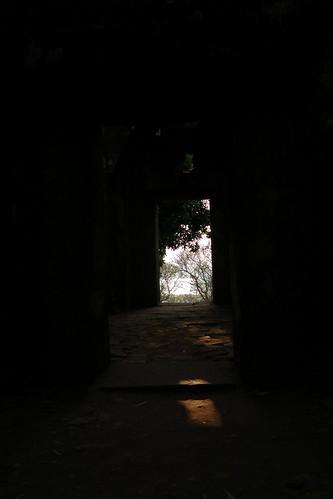 039.日出的陽光從主殿外照入 (2)
