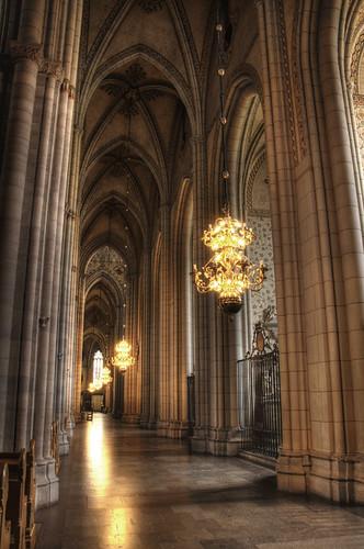Catedral de Uppsala. Nave lateral y lámparas.