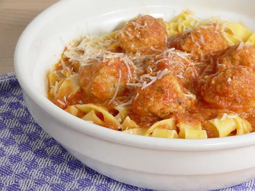 Pasta mit Fischbällchen in Tomatensauce
